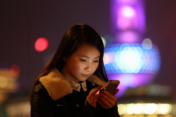 Girl with mobile @ the Bund
